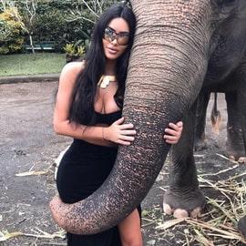 Ким Кардашьян со слоном